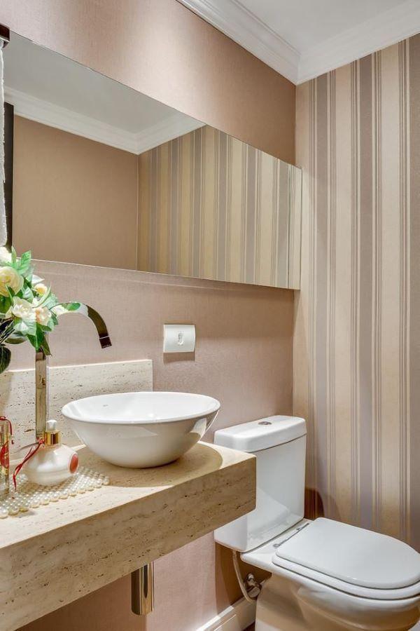 Lavabo com pia de mármore e papel de parede sofisticado