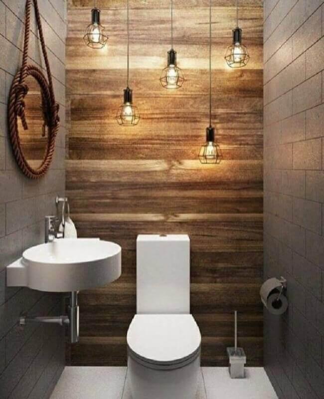 luminária para banheiro pequeno decorado com revestimento de madeira e espelho redondo Foto Pinterest