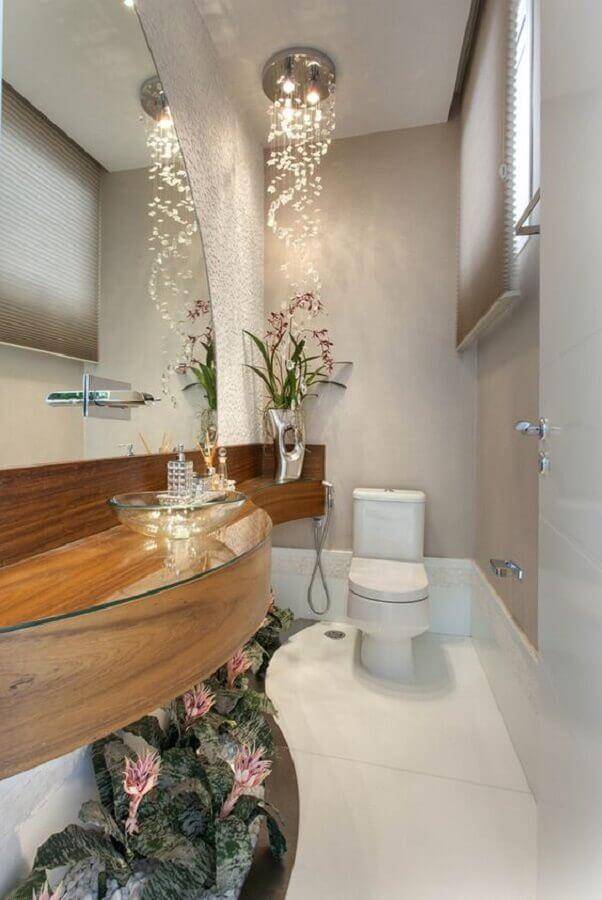 lustre de cristal para banheiro pequeno com bancada de madeira Foto Pinterest