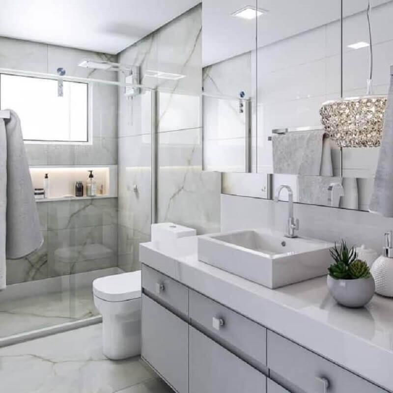 lustre de cristal para decoração de banheiro todo branco Foto Dicas Decor