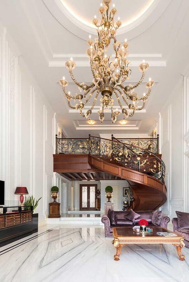 lustre e escada de madeira para decoração de casas de luxo por dentro Foto Pinterest