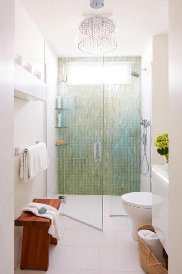 lustre para banheiro pequeno todo branco com pastilhas na área do box The Boston Globe