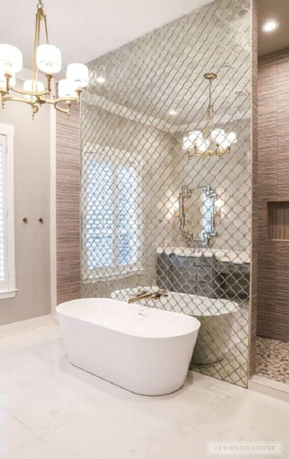 lustre para banheiro sofisticado com parede espelhada Foto Assetproject