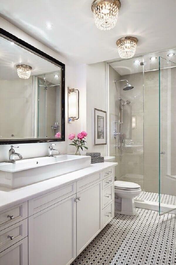 lustre para banheiro todo branco com decoração clássica Foto Pinterest
