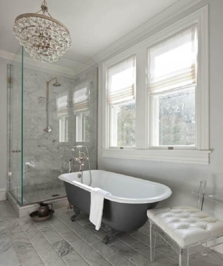 lustre pendente para banheiro com cristais Foto Anne Decker Architects