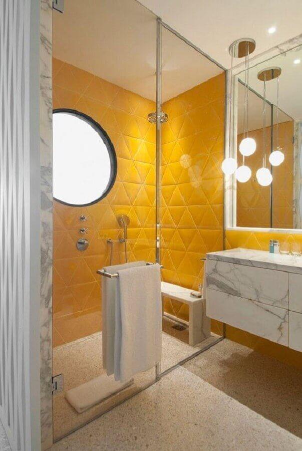 lustre pendente para banheiro moderno decorado com revestimento 3d amarelo Foto Casa Vogue