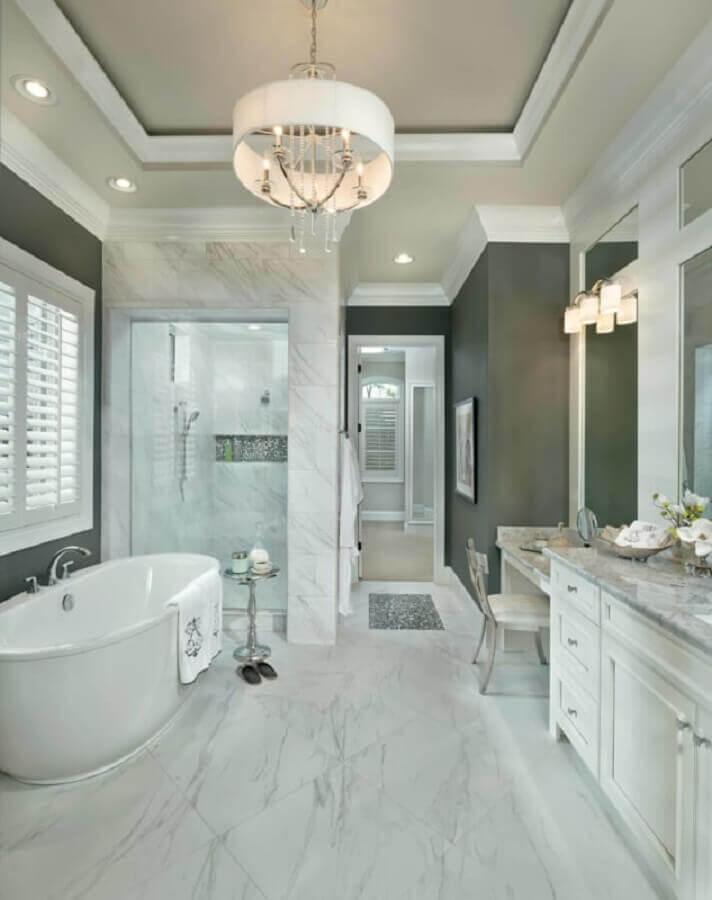 lustre pendente para banheiro todo branco amplo com banheira Foto Houzz