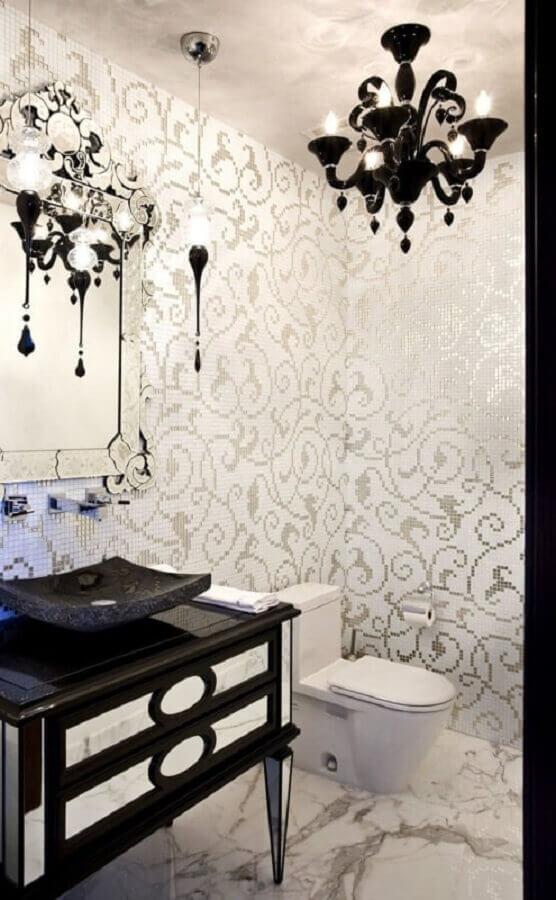 lustre preto para decoração de banheiro clássico branco e preto Foto My Amazing Things