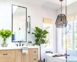 lustres e luminárias para banheiro decorado com banheira e gabinete de madeira Foto Anita Yokota