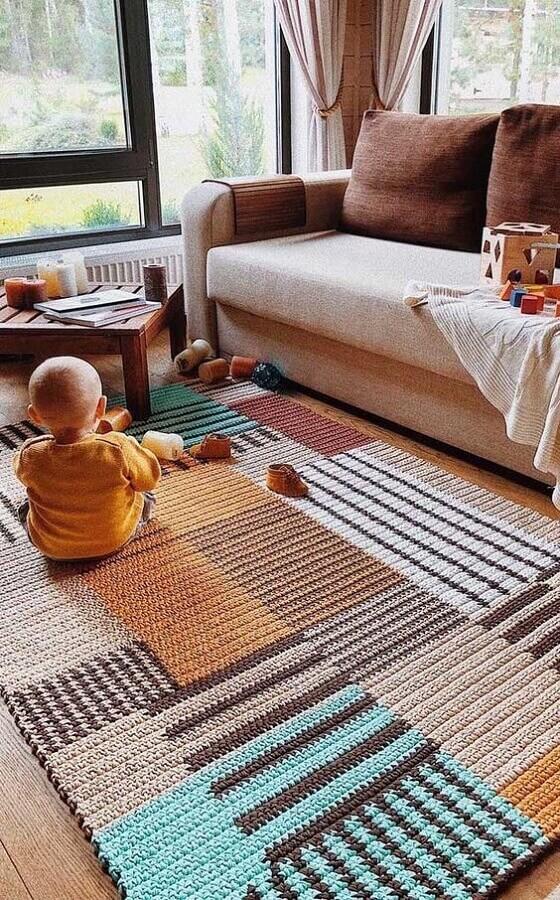 modelo colorido de tapete de crochê para sala decorada em cores neutras Foto We Heart It