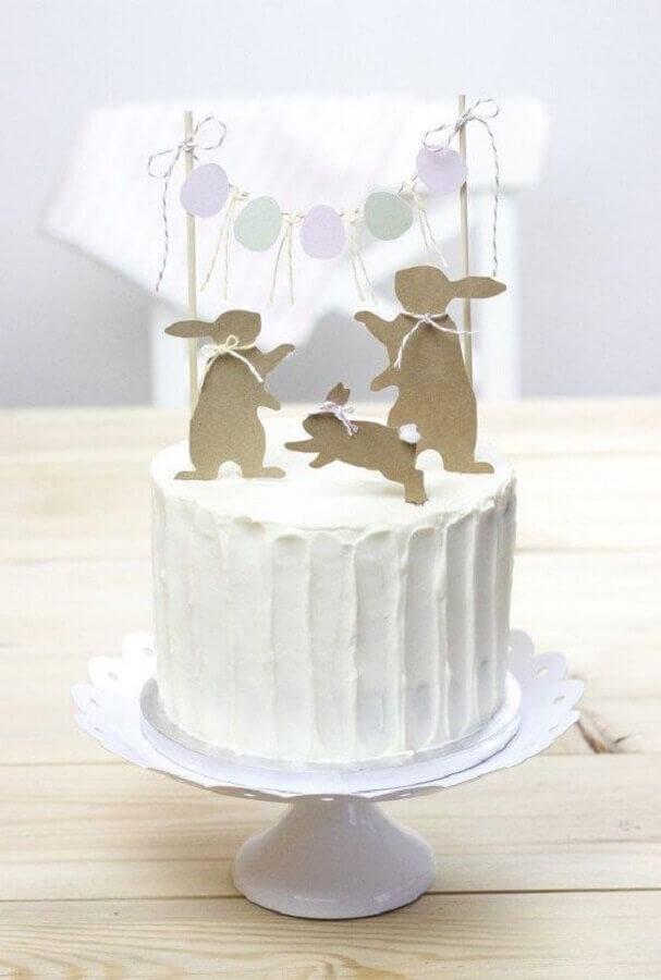 modelo de bolo de páscoa todo branco decorado com coelhos de papel Foto Pinterest