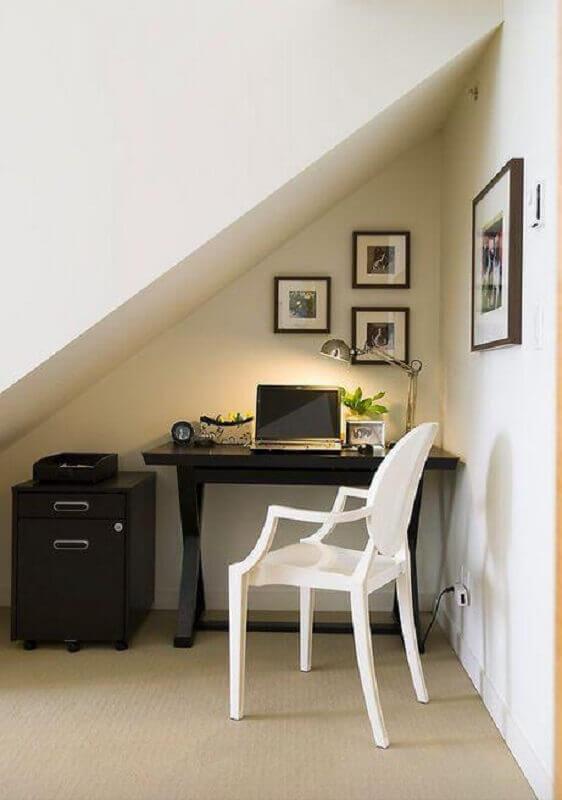 modelo de home office pequeno embaixo da escada com decoração simples Foto Maria Killan