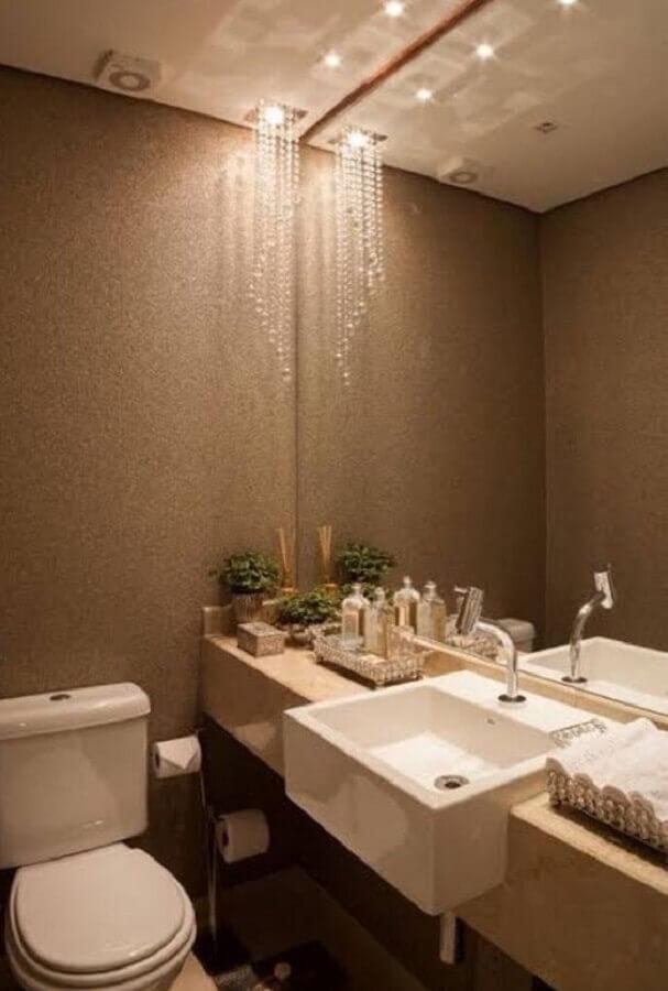 modelo de lustre para banheiro pequeno decorado em cores neutras Foto Ideias Decor