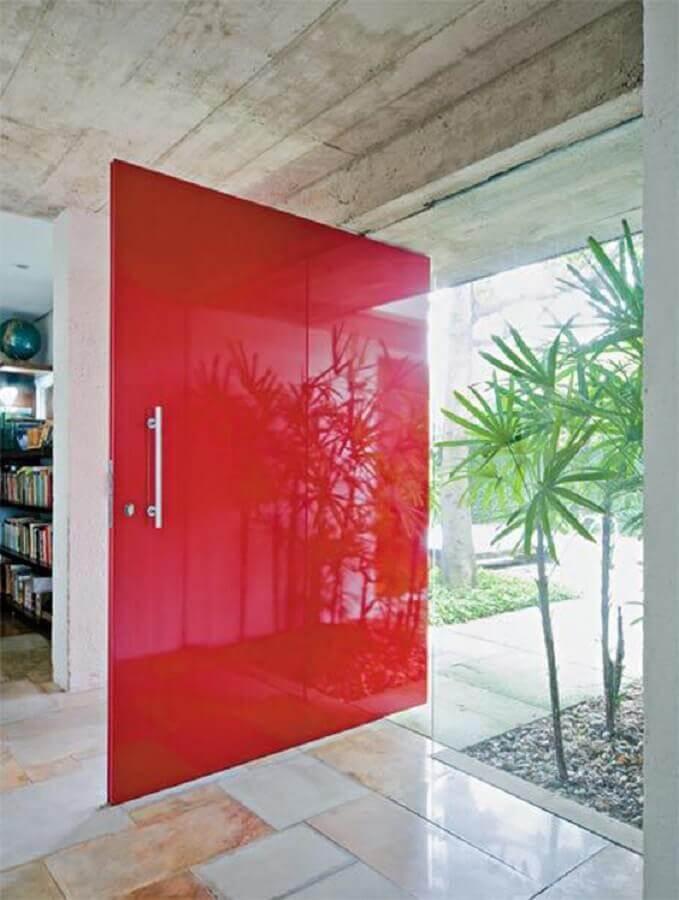 modelo pivotante de porta para sala de entrada pintada de vermelho Foto Doce Obra