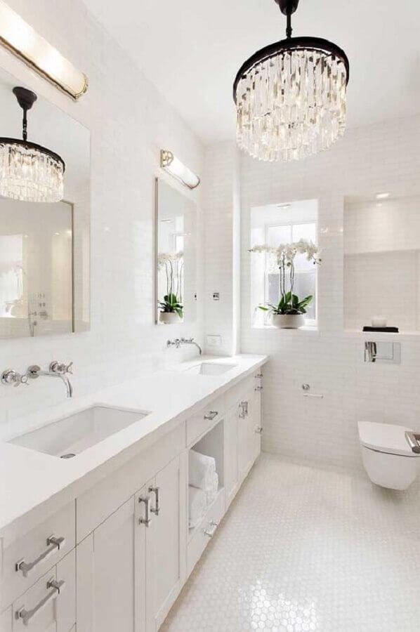 modelo sofisticado de lustre de teto para banheiro todo branco Foto Pinterest