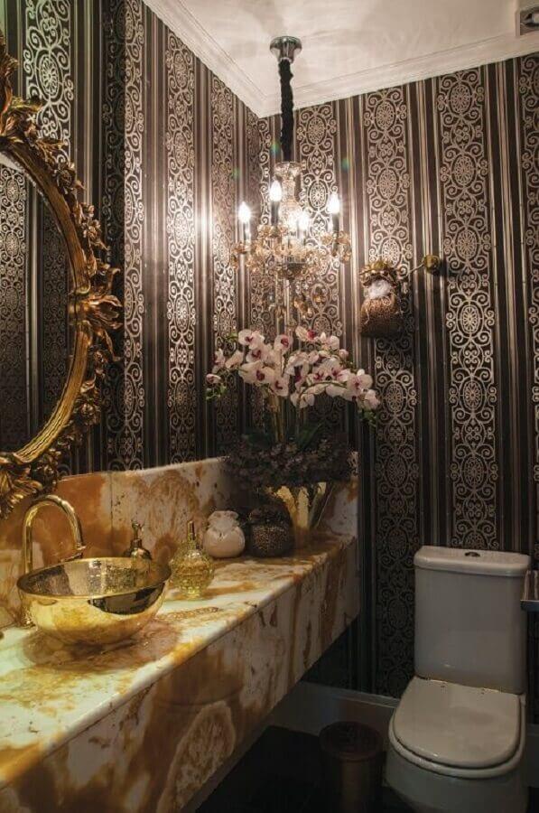modelo sofisticado de lustre para banheiro pequeno decorado com papel de parede e bancada de mármore Foto Construindo Minha Casa Clean