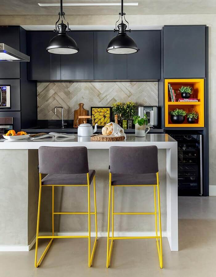 nichos na cor mostarda para decoração de cozinha cinza planejada Foto SP Estúdio Arquitetura