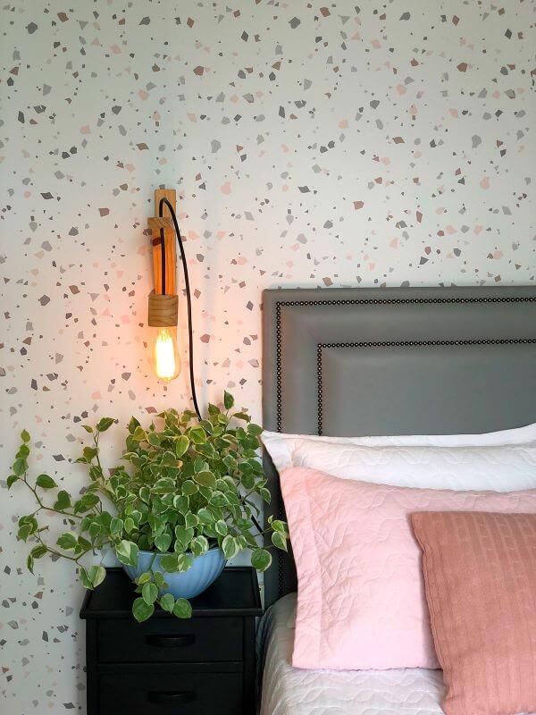 A cabeceira cinza é perfeita para o papel de parede colorido