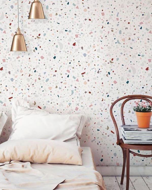 Quarto com papel de parede colorido e moderno