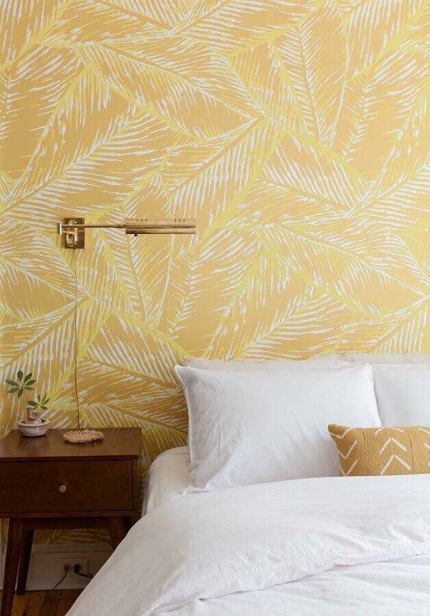 papel de parede para decoração de quarto amarelo com criado mudo de madeira Foto Webcomunica