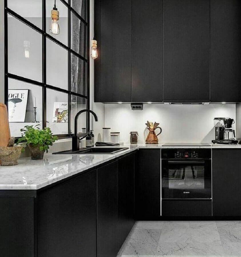 parede de vidro para decoração de cozinha preta com iluminação embutida em armário aéreo Foto AP101