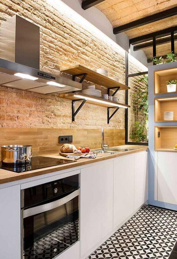 parede rústica para decoração de cozinha planejada com armários de madeira Foto ArchiLovers