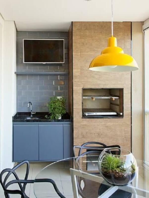 pendente amarelo para decoração de área gourmet pequena planejada com churrasqueira Foto Pinterest
