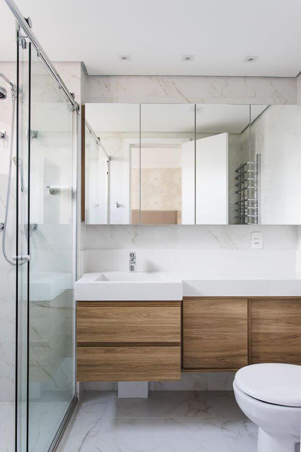 Pia de mármore com gabinete e espelho moderno