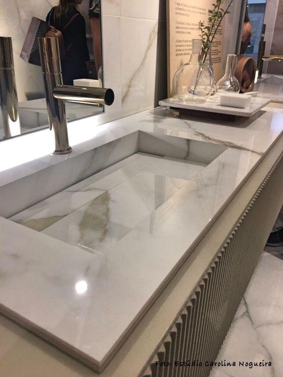 Pia de mármore com decoração moderna