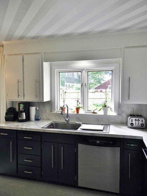 Pia de mármore na cozinha com gabinete preto