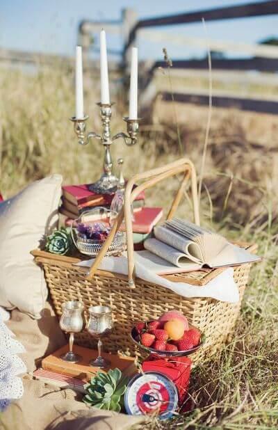Cesta de picnic com presentes e comidas. Aposte nessas ideias para dia dos namorados