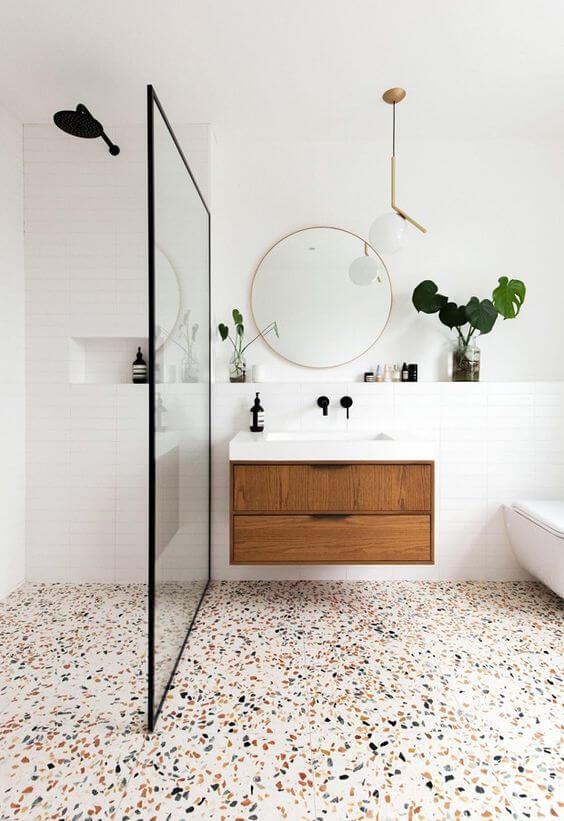 Piso colorido para banheiros neutros e claros