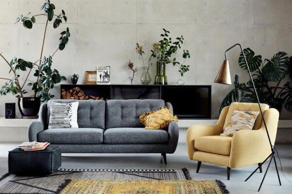 Poltrona amarela com sala cinza e neutra