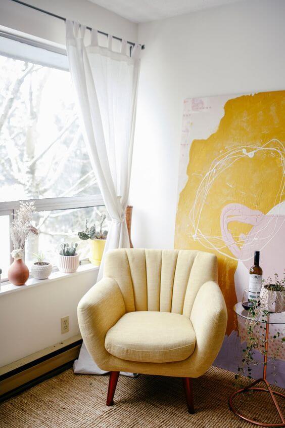 Poltrona amarela para quarto clean