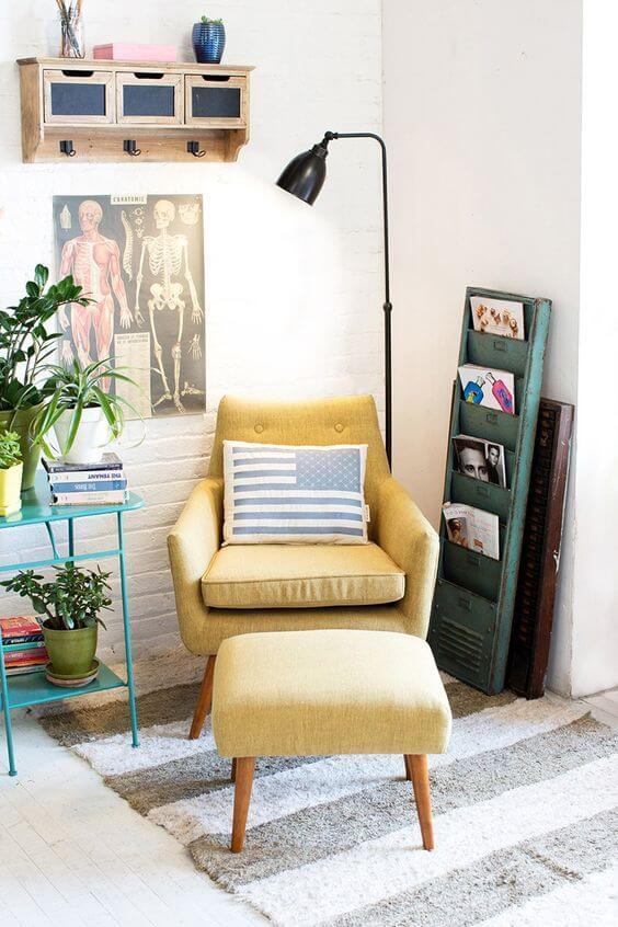 Sala colorida com sofá amarelo
