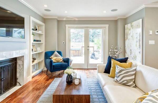 Poltrona azul combinando com almofadas da sala