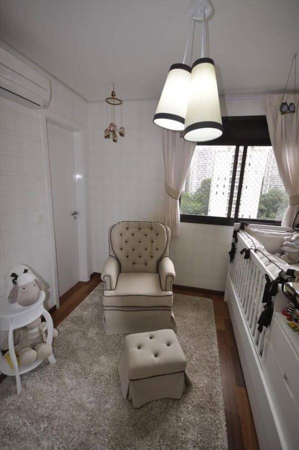 Poltrona de amamentação bege para quarto infantil