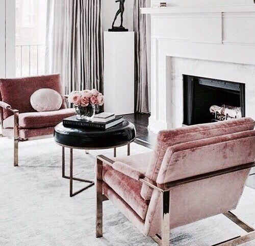 Poltrona rosa com mesa de centro preta