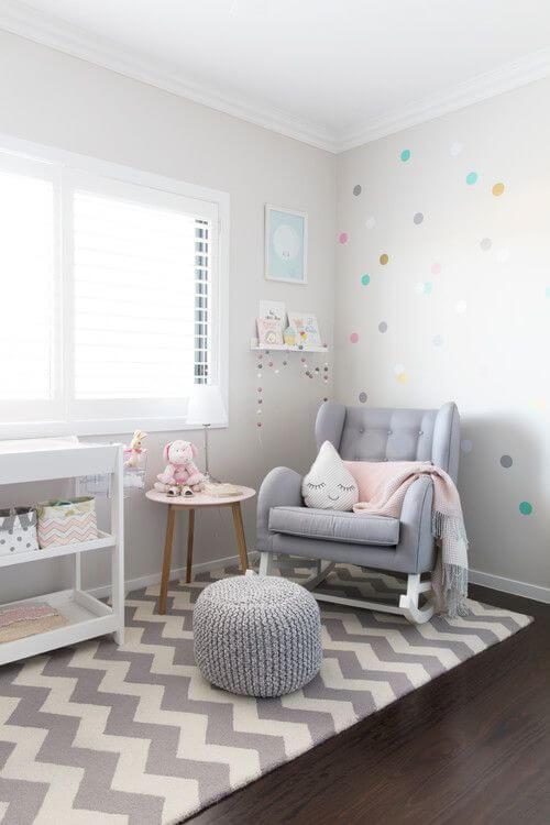 Poltrona cinza de balanço para quarto de bebê
