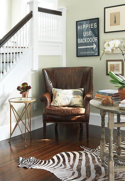 Poltronas de couro na sala moderna