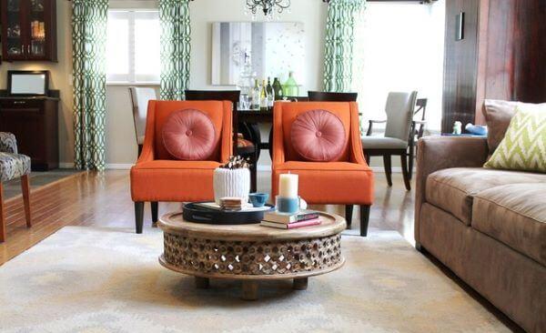 Poltronas laranja para sala neutra