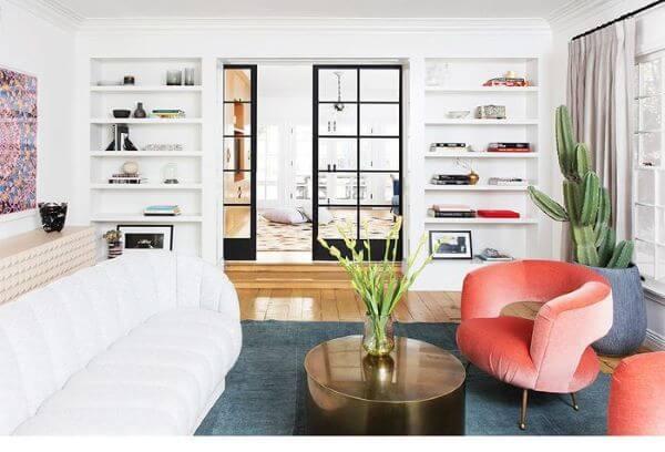 Poltronas modernas laranja com sofá branco