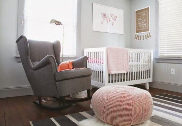 Poltronas para quarto de bebê com puff rosa