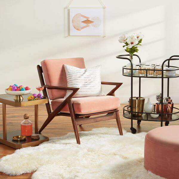 Poltrona rosa de madeira para sala romântica