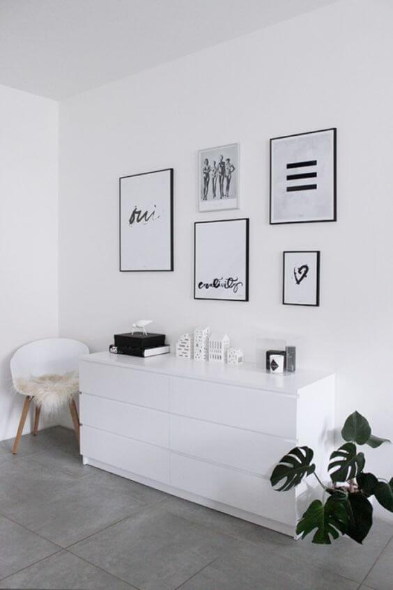 Porcelanato cinza com móveis brancos