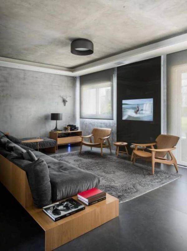 Porcelanato cinza escuro com móveis de madeira
