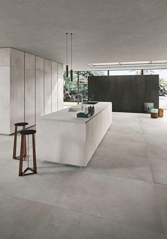 Porcelanato cinza claro na cozinha moderna