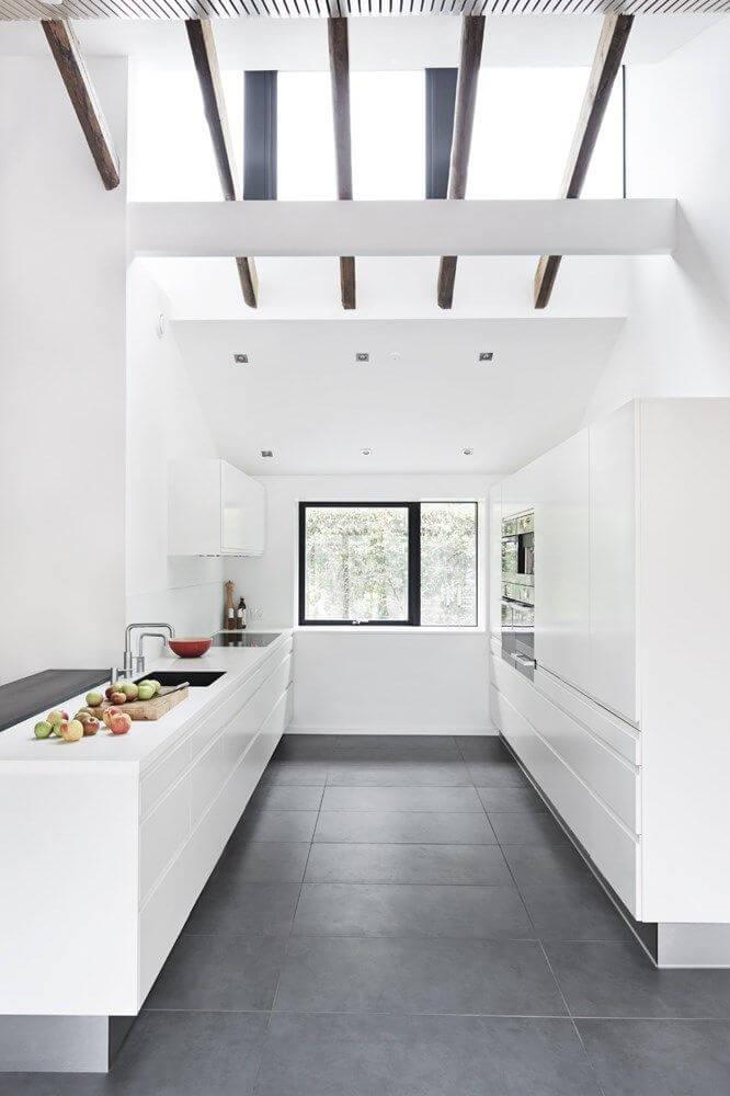 Porcelanato cinza escuro na cozinha branca e moderna