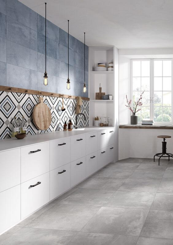 Porcelanato claro na cozia moderna e azul