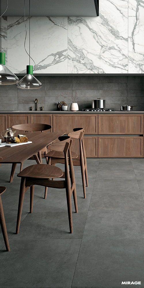 Porcelanato cinza combinando com os móveis de madeira